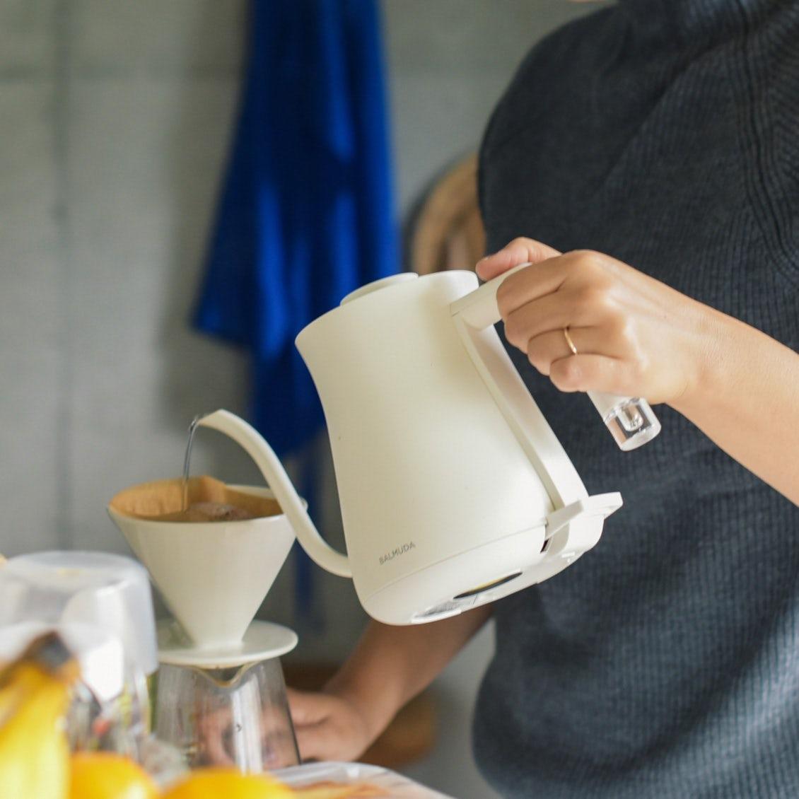 【スタッフの愛用品】白い「電気ケトル」が、キッチンの頼れる相棒になりました
