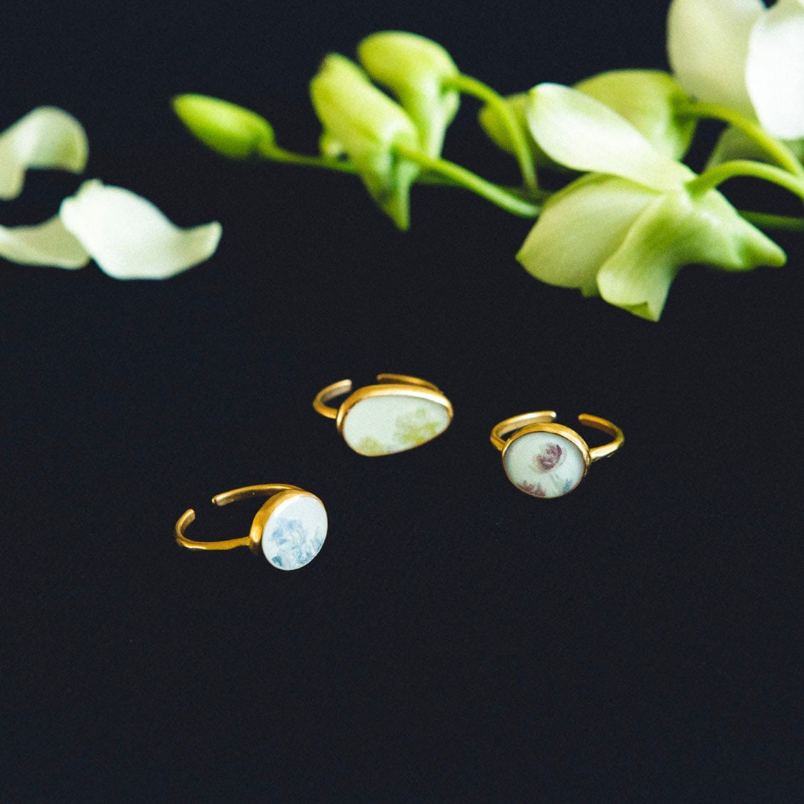 【新商品】日々の暮らしにそっと寄り添い、彩ってくれるお守りを。「指先に花を添えるリング」をつくりました
