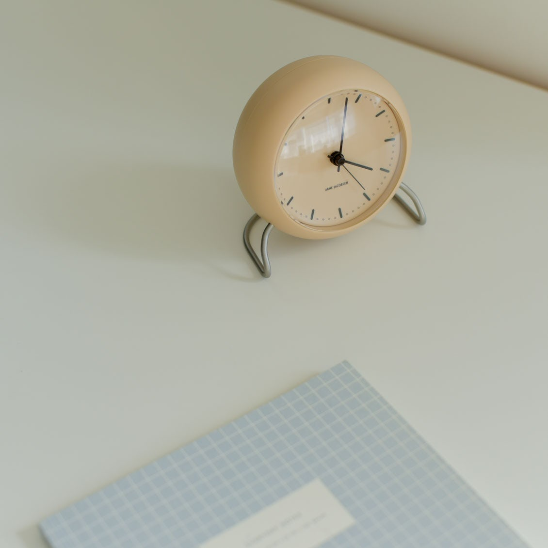 【新商品】惚れ惚れする文字盤と絶妙カラー。アルネヤコブセンの置き時計が入荷しました!