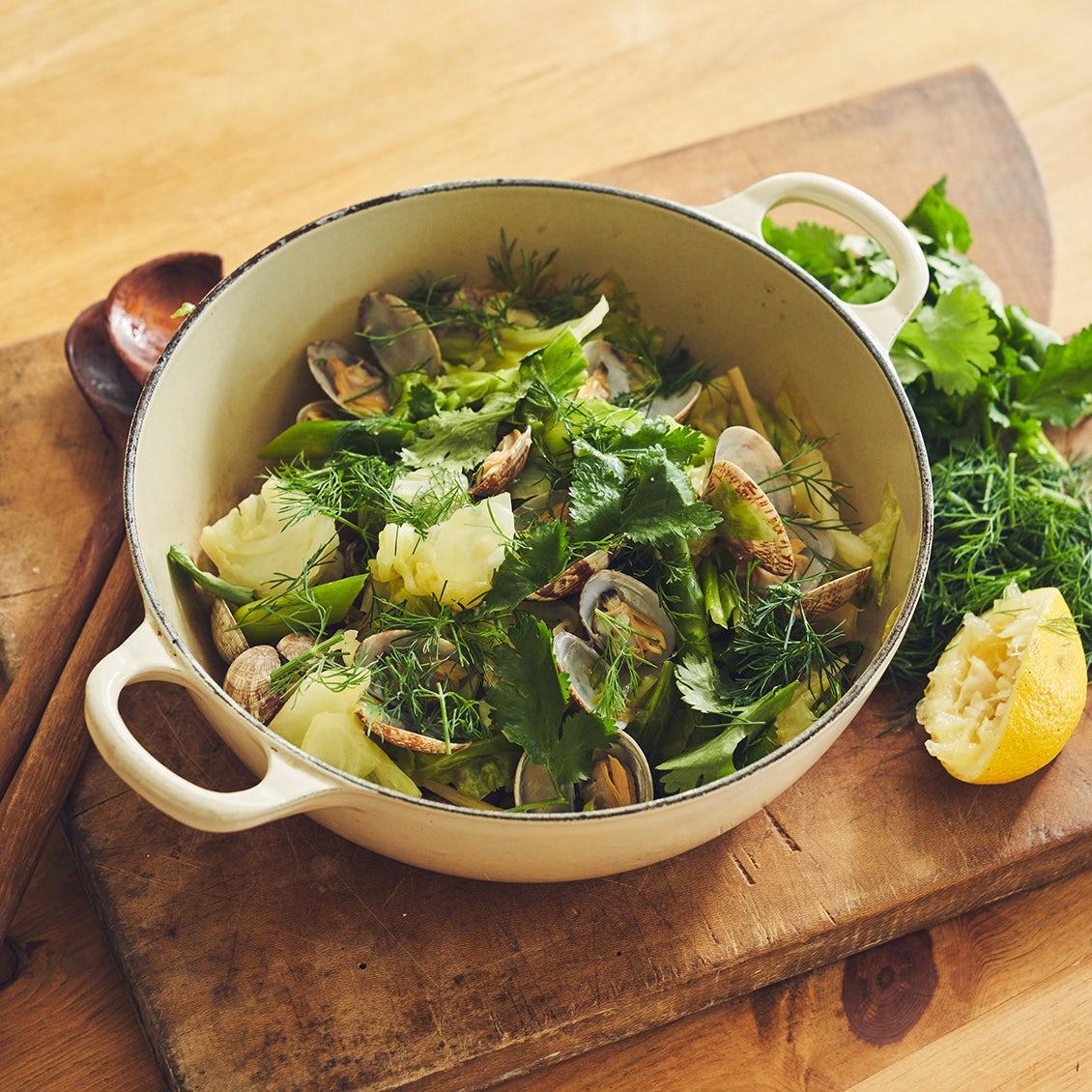 【今夜のお鍋はコレ】第3話:食べ応え抜群の「ごちそうサラダ」。あさりと春野菜のエスニックポットロースト