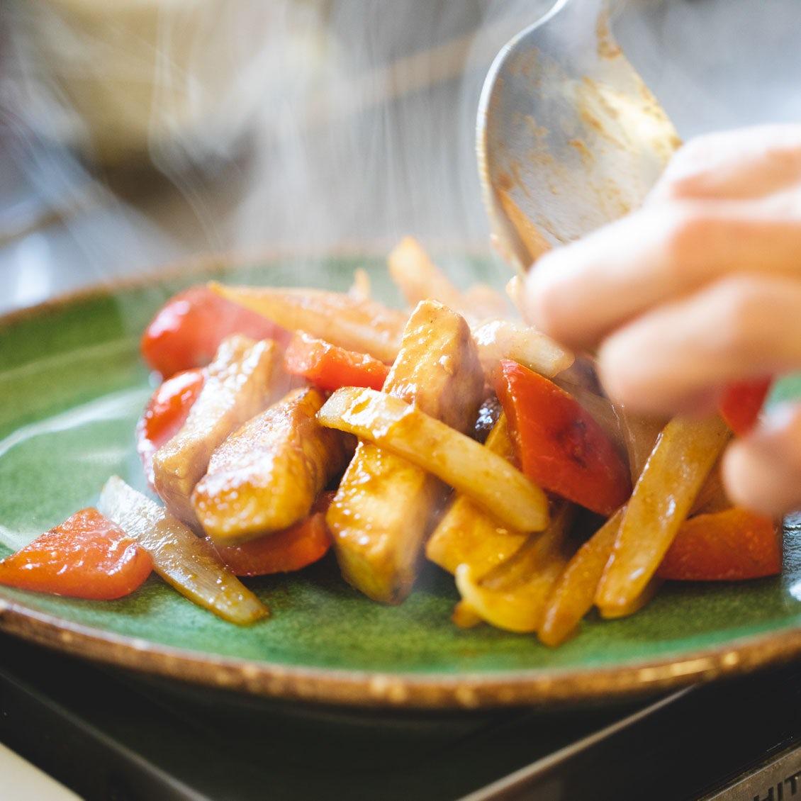 【疲れた日こそ、食べたい魚】第3話:野菜と炒めて大皿へ。みんな大好き「カジキのカレー醤油漬け」