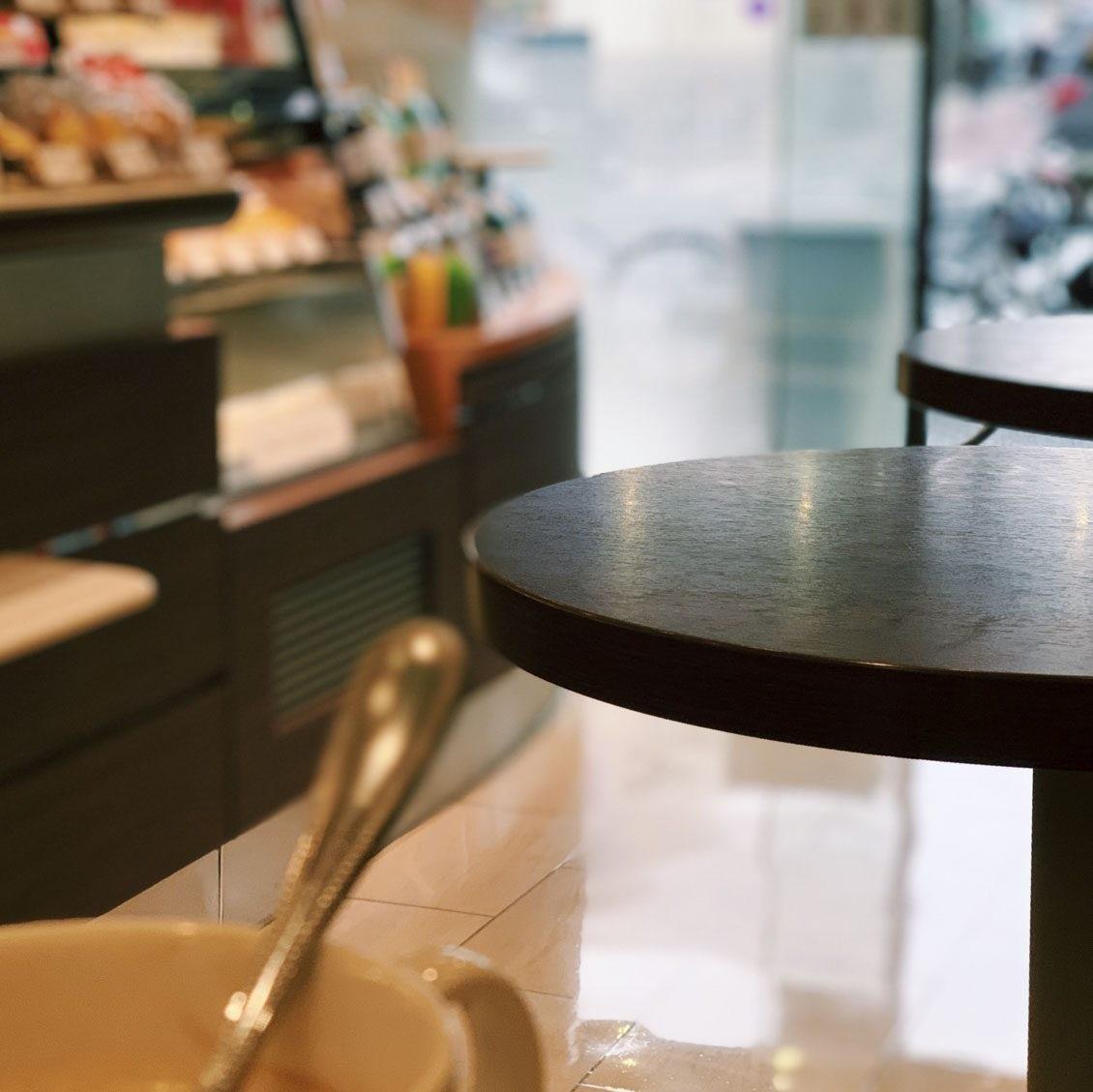 【スタッフコラム】いつものカフェの、いつもの席で