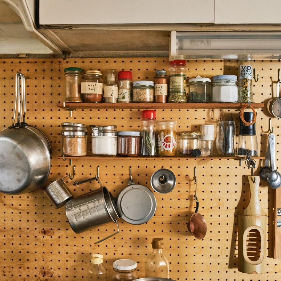 【キッチンからはじまる暮らし】第1話:どのアイテムも見渡しやすい、料理家さんのキッチン